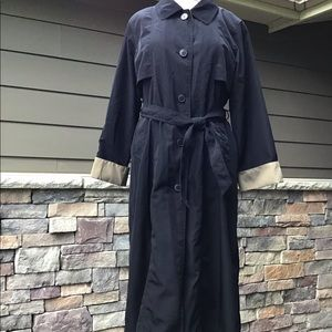 Lightweight black raincoat, adjustable cuffs